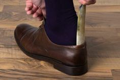 Schuhlöffel senkrecht in den Schuh stellen