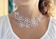 Hochzeits Zubehör: handmade tatted Blumen Halskette in von smaks
