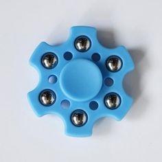 Sininen kuusisakarainen fidget spinner.