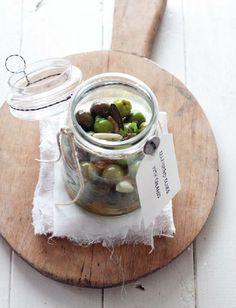 OreganO garlic lemOn marinated Olives
