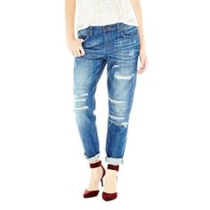 Want to update your boyfriend jeans? Why not try distressed denim! Ripped boyfriend jeans are a summer fashion staple and also make a great airport outfit. Dress up your jeans with sandals or strappy shoes -- that look defines date night fashion. Ripped Boyfriend Jeans, Ripped Denim, Distressed Denim, Chicago Girls, Date Night Fashion, Best Jeans For Women, Denim Trends, Outfit Combinations, Ralph Lauren Tops