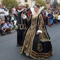 Catia Mancini costume designer Abiti per lo spettacolo e costumi teatrali. www.costumiperlospettacolo.com Abiti storici per cortei e rievocazioni.