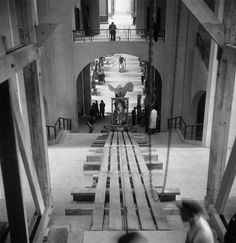 Pierre Jahan, RETURN OF THE WORKS AT THE LOUVRE MUSEUM « 1946. René Huyghe, who was at that time curator-in-chief of the Dept of painting at the Louvre Museum, called me to let me know that works of art which had been stored or hidden in the provinces were going to return to the Musem. If I wanted to take photos of this, I had to be at the Donon door on such date, at such time. Of course I went ! » _____________After the War, a new Louvre, transformed by major renovation work, gradually…