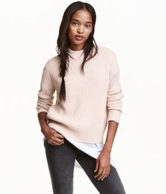 Puderrosa. En ribbstickad tröja i mjuk kvalitet. Tröjan är i något vidare modell…