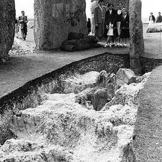 Stonehenge, one of the wonders of the ancient world. These 105 photos supposedly prove it was built about 100 years ago, but do they show this? Monuments, Stonehenge History, Mystery Of History, Archaeological Site, Prehistory, Ancient Architecture, Ancient Aliens, Historical Pictures, History Facts