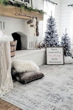 Are you searching for ideas for farmhouse christmas decor? Check out the post right here for cool farmhouse christmas decor ideas. This cool farmhouse christmas decor ideas seems to be entirely terrific. Decoration Evenementielle, Decoration Christmas, Farmhouse Christmas Decor, Rustic Christmas, Xmas Decorations, Christmas Fireplace Decorations, Christmas Mantels, Christmas Tree And Fireplace, Christmas Staircase