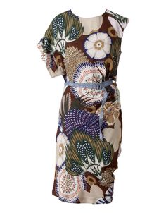 This asymmetrical dress has playful sleeves and is embellished with a rich Oilily print. The dress is made of 100% viscose, allowing the fabric to beautifully drape around the body. The belt accentuates the waist. The back has a small button closure as a finishing touch.<br>