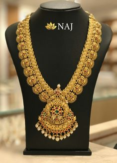 21 Most Beautiful Traditional Gold Necklace & Haram Designs! Indian Jewelry Sets, Indian Wedding Jewelry, India Jewelry, South Indian Bridal Jewellery, Wedding Jewelry Sets, Wedding Rings, Gold Earrings Designs, Jewellery Designs, Indian Gold Necklace Designs