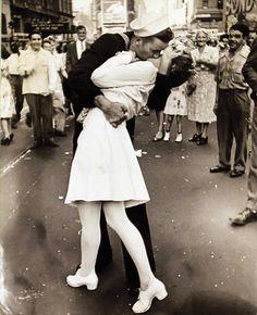 Wyniki Szukania w Grafice Google dla http://resources.news.com.au/files/2011/12/22/1226228/229303-vj-day-kiss.jpg