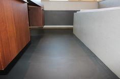 Pandomo Floor in RAL kleur 7021. Project in Scheveningen. Uitgevoerd door Vloer & Zo.