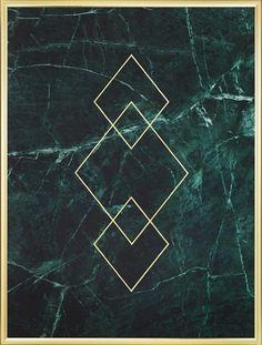 Een poster met driehoeken in goud. De tekst is gedrukt op patroon van groen marmer. Goud en marmer is erg mooi samen en in onze categorie Goud en Metallic kunt u meerdere motieven met goud en marmer vinden. www.desenio.nl