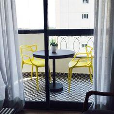 Projeto ANNA PARISI Arquitetura+Design #varanda #decor #decoração #interiores #decoraçãodeinteriores #designdeinteriores #decorhome #decorstyle #style #apartamento #interiordesign #details #terraço #mosaico #ladrilho #hidraulico #preto #branco #amarelo #window #view