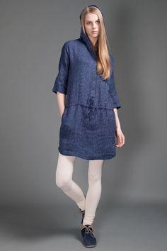 Tamsiai mėlyna dryžuota lininė suknelė su gobtuvu.