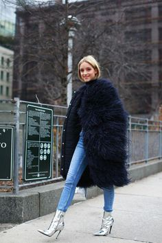 Nadire Atas on New York City Street Scene New York Fashion Week Street Style - All The Pretty Birds Street Style Trends, New Street Style, New York Fashion Week Street Style, Womens Fashion Online, Latest Fashion For Women, New Yorker Mode, Outfit Invierno, Straight Cut Jeans, Inspiration Mode