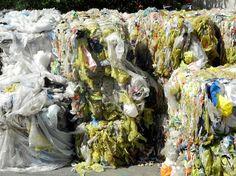 Plastic-Planet - Plastikflaschen: benutzt, weggeworfen, gesammelt, müll-getrennt, gepresst, gestapelt, wiederverwertet... Fotos vom Gelände am Rinterzelt in 1220 Wien  Müll vermeiden im Jahr 2015. Oder zumindest Müll vermindern. Bestandsaufnahme erst! Mach mit!  Mehr auf http://www.tomatetomate.eu/muell-vermeiden/