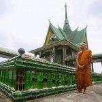El increíble templo budista hecho de botellas de vidrio