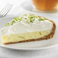 La tarte à la lime est un dessert des plus appréciés durant la période estivale. Un mélange de jus de lime, de jaunes d'œufs et de lait condensé sucré est cuit dans une croûte de biscuits Graham, le tout garni d'une meringue légère et mousseuse.