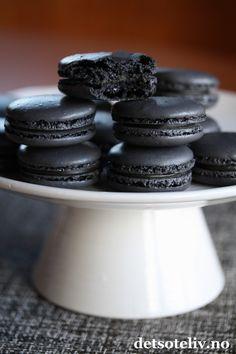 Makroner med sjokolade og lakrisfyll. Macaroons, Food And Drink, Snacks, Cookies, Baking, Cake, Sweet, Night, Party
