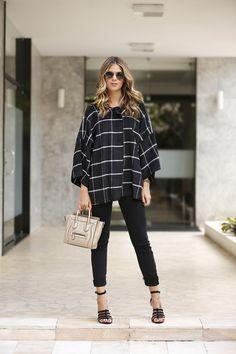 Anna Fasano com look todo preto de poncho