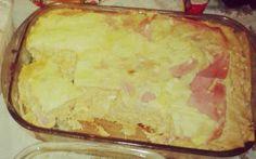 1 peito de frango  - 4 tomates picados (sem pele e sem semente)  - 1 cebola picada  - 2 colheres de óleo  - 1 lata de molho de tomate  - 2 xícaras de água  - Sal e pimenta a gosto  - Cheiro-verde a gosto  - 3 colher de margarina  - 2 copos de leite  - 3 colheres de farinha de trigo  - 2 caixinhas de creme de leite  - 300 g de mussarela  - 1 pacote de massa de lasanha pré-cozida  - Queijo parmesão ralado a gosto  -