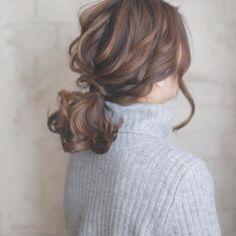 """寒い冬はタートルネックを着たり、マフラーを巻いたりして首元を隠したファッションが多くなりますよね。そんな冬コーデにも""""アップヘアアレンジ""""が相性抜群!そこで今回は、大人女子にぴったりのアップヘアについてご紹介いたします。"""