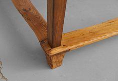 """""""Jogltisch"""", Restauriertes Originalstück um 1800. Die Fußstützen wurden früher zum Schutz vor kalten Füßen verbaut und werden deshalb auch """"Vergelt´sgott"""" genannt.  www.holzgeschichten.com"""