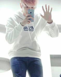 Jesus fucking christ his thighs.....  (ಥ﹏ಥ)..just kill me already #exo #exol #exobaekhyun #Baekhyun #bbh #legporn #백현