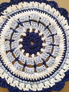 Carpet woven in shades of blue and white trapillo. This design is in the form of Mandala, it gives a romantic touch to your special corner. Crochet Coaster Pattern, Crochet Square Patterns, Crochet Round, Knit Crochet, Crochet Mandala, Crochet Doilies, Crochet Beach Bags, Deco Paint, Crochet Carpet