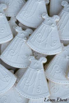 The Baking Sheet: Christening Dress Cookies! Galletas Cookies, Baby Cookies, Baby Shower Cookies, Royal Icing Cookies, Sugar Cookies, Christening Cake Girls, Christening Cookies, Christening Gowns, Baptism Gown