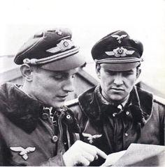 Dos de los de Alemania Top Aces: 653 Victorias entre ellos.  Hauptmann Erich Hartmann y el Mayor Gerhard Barkhorn.  Hungría de 1944 .: