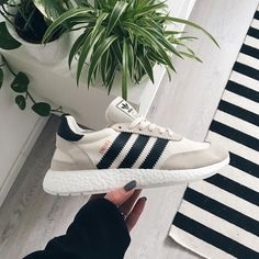 Cute Shoes, Me Too Shoes, Basket Tennis, Adidas Shoes, Shoes Sneakers, Adidas Iniki Runner, Fashion Shoes, Fashion Accessories, Baskets