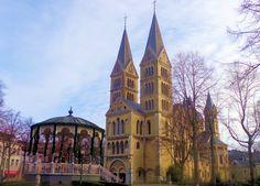 Met de bouw van de kerk werd al vóór 1218 begonnen en in 1265 was de kerk klaar. De kerk toont de overgang van de massieve romaanse Rijnlandse bouwstijl naar de vroege gotiek, herkenbaar aan de spitsbogen. De oudste delen bevinden zich bij het koor en aan de achterzijde, waar vensters met ronde bogen en kleine galerijen te zien zijn. De kerk heeft de eeuwen doorstaan: stadsbranden, belegeringen, de Franse bezetting, restauraties, voltreffers in de laatste oorlog en de aardbeving van 1992.