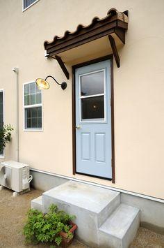 キッチン横に設置された勝手口/ブルースホーム小倉 Decor, Outdoor Decor, Home, Garage Doors, Entry, Doors