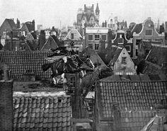 Sinterklaas springt met zijn paard over de daken van Amsterdam, december 1916. Omdat zijn stoomboot door de Engelsen is aangehouden, de zakken met pepernoten door hen in beslag zijn genomen en Piet is aangehouden omdat hij zich niet voldoende als Nederlander kon identificeren, staat de Goedheiligman er in dit Eerste Wereldoorlogsjaar alleen voor. Hij moet zich extra haasten om de kinderen van Nederland op tijd van de overgebleven geschenken te voorzien. Voorplaat (gerasterd origineel en ...