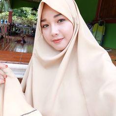 Cute Girl Always Smile Sweety - Hijab Elok Beautiful Hijab Girl, Beautiful Muslim Women, Modest Fashion Hijab, Muslim Fashion, Muslim Girls, Pashmina Scarf, Girl Wallpaper, Cute Girls, Niqab