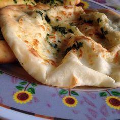 How to Make+the+Best+Naan+Bread+.ma doma al boba o sett prox.m rikordo k anke l anno scorso eri andata al boba I Love Food, Good Food, Yummy Food, Tasty, Recipes With Naan Bread, Naan Recipe, Best Food Ever, Tortillas, Indian Dishes