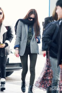 F(x) Krystal Airport Fashion Love her legs! Korean Airport Fashion, Korean Fashion Minimal, Korean Girl Fashion, Kpop Fashion, Asian Fashion, Daily Fashion, Love Fashion, Winter Fashion, Fashion Trends