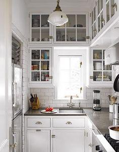 portas de madeira brancas, com espelho e puxadores como eu gosto