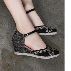 Para curtir o passeio de domingo com as amigas va de espadrille Valentina Flats. Fofa e super confortavel. #ValentinaFlats #shoes #fashion #loveit #loveshoes #shoeslover #anabela #love #nice #style #trend