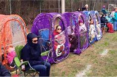 Tent voor langs het koude natte voetbalveld .
