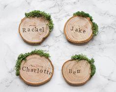 Wedding Place Cards / Rustic Place Settings / Wooden Wedding Favours / Wood Slice Place Names / Woodland Wedding / Moss Escort Cards / UK par RachelEmmaStudio sur Etsy https://www.etsy.com/fr/listing/266534923/wedding-place-cards-rustic-place