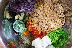 Dieses Nudelgericht ist spätestens nach 15 Min. fertig, denn es gibt nicht viel zu schibbeln und alles wird in einem Topf gekocht. In einem großen Topf kann man es auch super für viele Personen servieren.