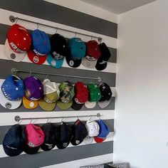 Seeing your hats lying around the house makes a great deal of imaginative ideas rush to the mind. Let's organize your hats with these DIY hat rack ideas. Baseball Hat Display, Baseball Hat Racks, Baseball Hat Organizer, Baseball Caps, Wall Hat Racks, Diy Hat Rack, Wall Hanger, Hat Holder, Hat Organization