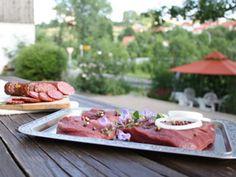 Sieht aus wie Rind, schmeckt auch ähnlich - ist aber Geflügel: Straußenfleisch gilt zu Recht als etwas Besonderes.