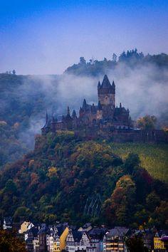 grandepassione:  1wantchange:  Die Reichsburg Cochem, kurz vor dem Aufstehen by Polybert49