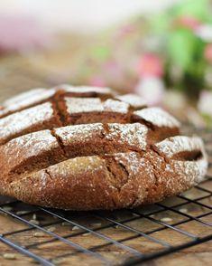 @Foodrevers posted to Instagram: Warum ist das Brot so flach? Weil mein Sauerteig noch nicht genug Triebkraft 💪 hat... ich werde verrückt, ich habe das Gefühl, dass Sauerteig eine Wissenschaft für sich ist!   Vielleicht war auch einfach meine Form zu groß 😅 Das wäre ein Argument, um sich den Fladen schön zu reden. Egal lecker war das Brot und ich übe fleißig weiter und züchte mein Anstellt zum Sauerteig und nehme wieder einen Starter ab und und und. Sauerteig ist ja quasi eine Clean Eating, Paleo, Bread, Instagram, Healthy Foods, Fast Recipes, No Sugar, Science, Eating Healthy