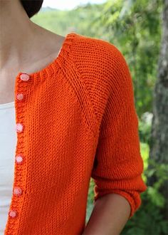 Mardi Cardi / Knæsj cardigan pattern by Anna & Heidi Pickles A basic cardigan is something that everyone should have at least one of. This one has the perfect shape with three quarter arms. Knitting Patterns Free, Knit Patterns, Free Knitting, Knitting Sweaters, Free Pattern, Knitting Basics, Cardigan Pattern, Knit Cardigan, Orange Cardigan