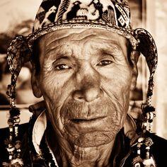 galeria que consiste em mostrar algumas faces do mundo, de pessoas jovens e velhas, as fotografias são incríveis e capturam a beleza peculiar que reside em cada indivíduo.