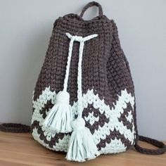 Tapestry Crochet BOHO Backpack Free Pattern Video -Tapestry Crochet Free Patterns by janice Crochet Diy, Bag Crochet, Crochet Shell Stitch, Crochet Gratis, Crochet Handbags, Crochet Purses, Love Crochet, Crochet Clothes, Crochet Stitches