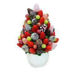 """""""Fantasía""""   Fresas con chocolate, uvas verdes/negras y virutas variadas   50 €uros   @Fruristeria"""